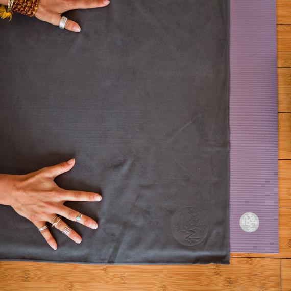 Velký jógový ručník Manduka eQua® Mat Towel Thunder